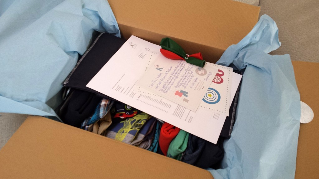 Kindhochdrei - Testkauf, Kinder Kleiderservice, Paket auspacken
