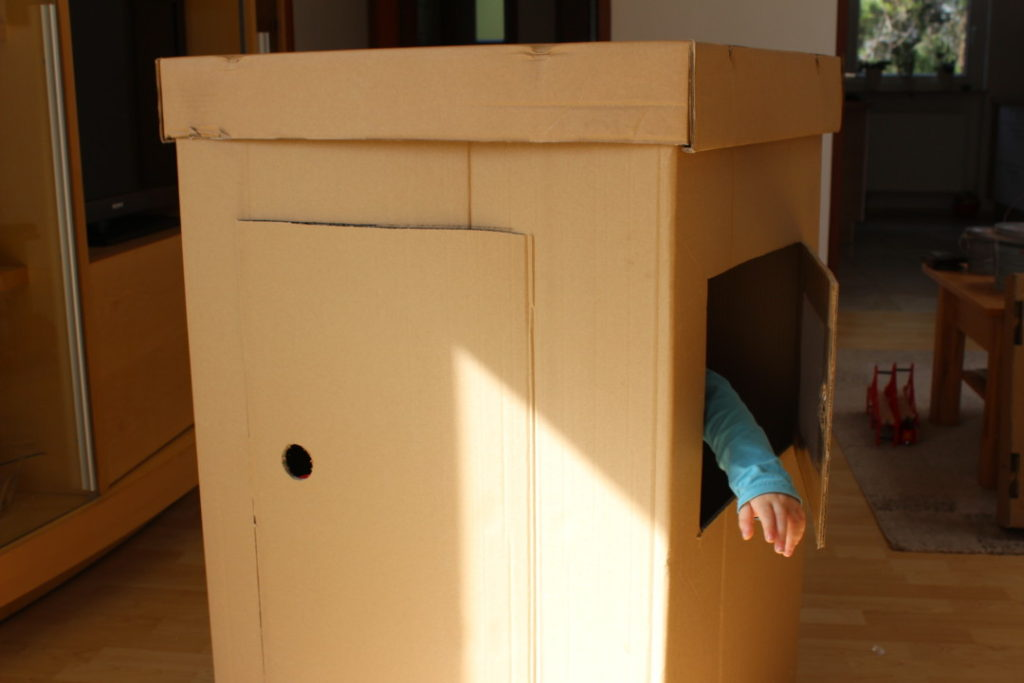Wir bauen ein Kartonhaus - Kinderhaus