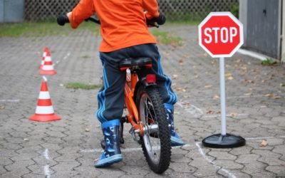 Junior übt für den Straßenverkehr mit der Traffic School von BIG